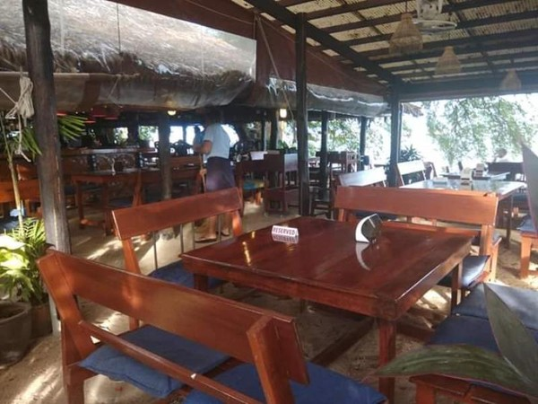 Meja dan kursi untuk pelanggan ditata apik. Sambil menunggu makanan kita bisa menikmati pemandangan pantai.