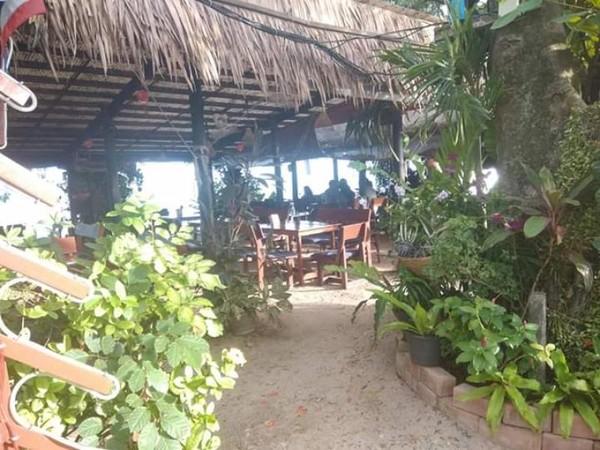 Beberapa pelanggan memilih duduk di sisi yang paling dekat dengan laut.