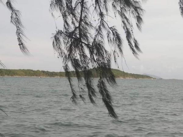 Mengintip pulau di seberang pantai Rawai.