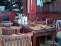 Meja dan kursi kayu juga diatur bersih dan rapi.