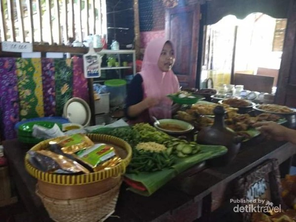 Pilihan sayuran untuk hidangan pecel Madiun di Warung Pecel Muthia.