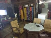 Kursi kuno yang ada di Warung Pecel Muthia.