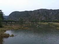 Perahu-perahu juga menelusuri sungai diantara pegunungan Tam Coc.