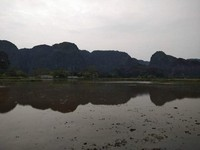 Indahnya pegunungan dan bayangannya di sungai.