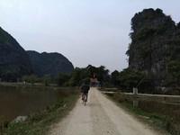 Jalanan desa yang sunyi, indah dan damai.