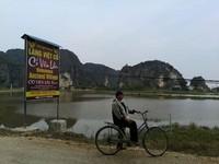 Berfoto di ujung desa.
