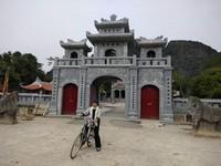 Sebuah kuil di tengah desa.