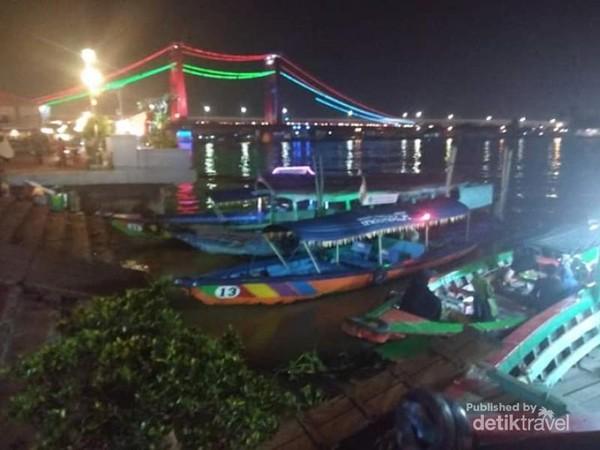 Keindahan jembatan Ampera di malam hari.