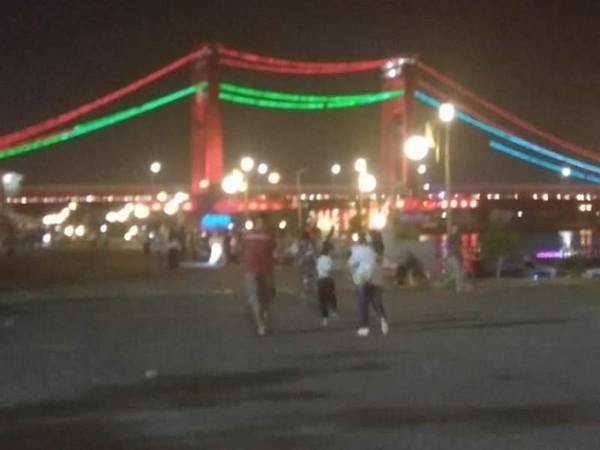Potret sampu-lampu di sisi kanan kiri tiang pancang jembatan Ampera.