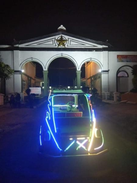Potret pintu gerbang Benteng Kuto Besak di malam hari.