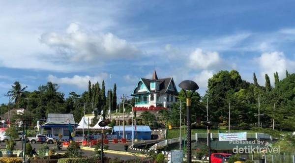 Villa Yuliana dilihat dari alun-alun watansoppeng.