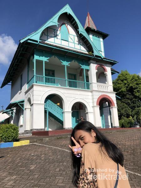 Villa Yuliana yang indah sekaligus dikenal anker.