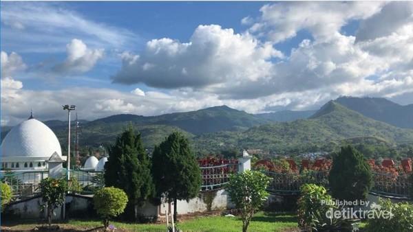 Pemandangan pegunungan yang indah jika dilihat dari villa yuliana.