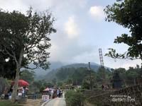 Jalan setapak menuju candi-candi  yang berada dalam wisata candi gedong songo.