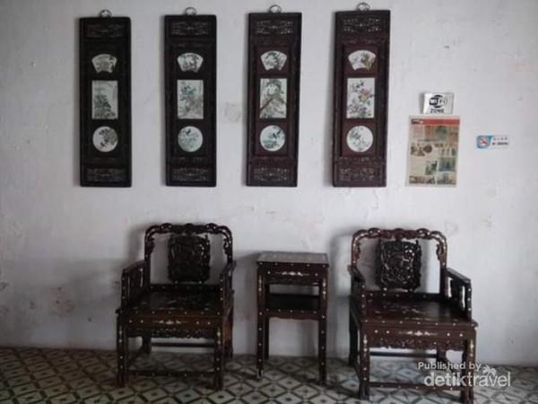 Sepasang kursi jati kuno di Muntri Mews Hotel