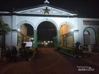 Gerbang Benteng Kuto Besak menjadi spot favorit untuk foto.