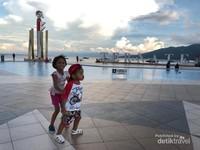 Bersenda gurau bersama keluarga sambil menikmati keindahan alam kota ternate.