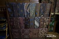 Berbagai motif dan warna batik ada di sini
