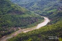 Pemandangan Sungai Oyo dari atas gardu pandang.