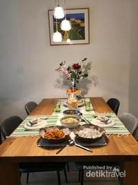 Menu opor ayam dan lontong tetap tersaji di meja makan menemani suasana lebaran kami