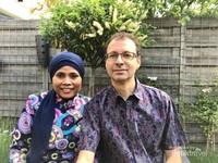 Menikmati suasana lebaran di saat wabah Corona dengan berfoto berdua suami di halaman belakang rumah