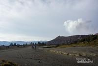 Hamparan pasir yang selalu menyelimuti Gunung Bromo.