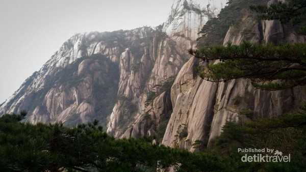 Mistisnya pegunungan Huangshan di musim dingin