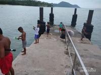Anak-anak berbacar adu keahlian memancing mereka.