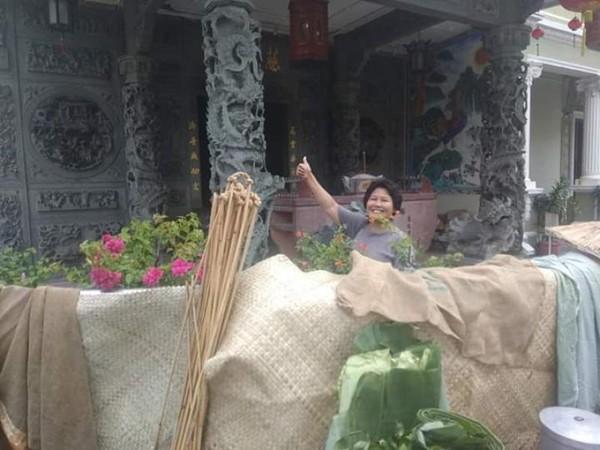 Berfoto di kuil yang ada di Lebuh Acheh.