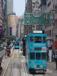 Padatnya penduduk di kawasan ini dapat dilihat dari bangunan apartemen di sekitarnya.