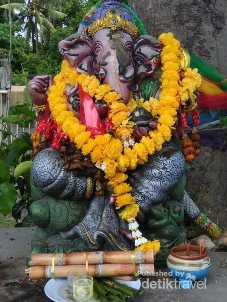 Patung dewa Ganesha di depan resto.