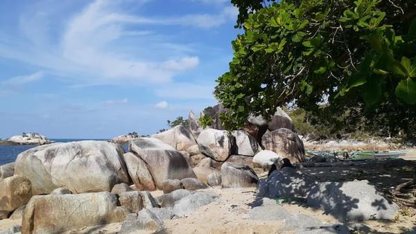 Gugusan batu granit di Pantai Turun Aban.
