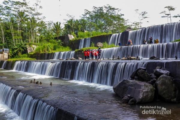 Berfoto di tempat Wisata Gerojogan Watu Purbo