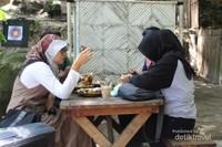 Para pengunjung menikmati menu makanan