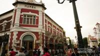 Gedung Marba memiliki ciri khas bangunan berwarna merah bata.