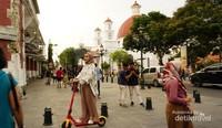 Salah satu pengunjung menikmati kota lama Semarang dengan menyewa otoped.