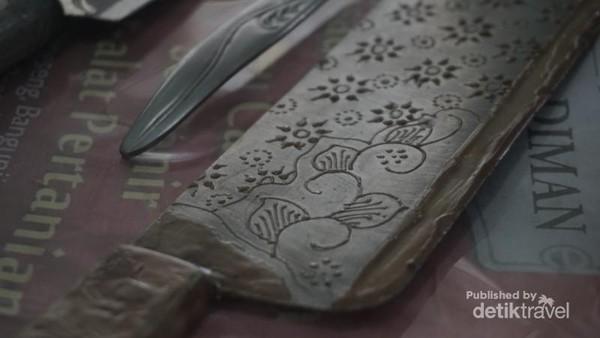proses pembuatan motif batik menggunakan malam