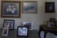 Beberapa foto keluarga terpajang rapi di selasar.