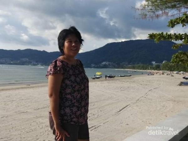 Segera berfoto sesampainya di tepi Pantai.