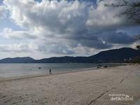 Memilih sisi yang sepi untuk bisa lebih bebas menikmati Pantai Patong.