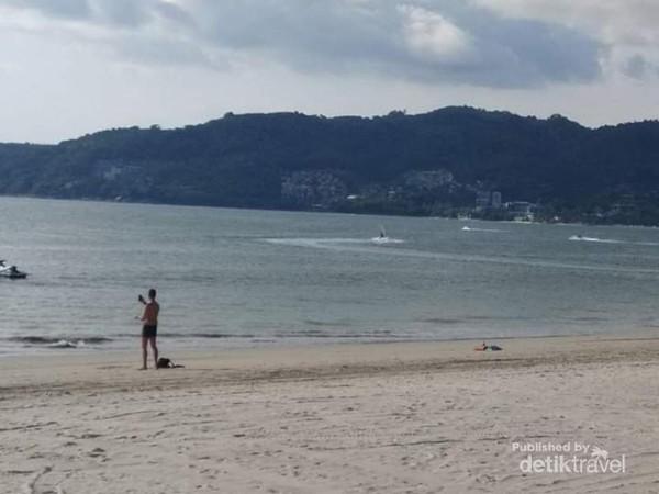 Ombak Pantai Patong yang sangat tenang dan olah raga paralayang banyak dilakukan di pantai ini.