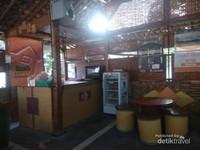 Drum pun dijadikan tempat duduk bagi pelanggan.