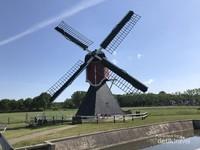 Ini adalah Kincir Angin Buitenweg yang dibangun tahun 1830