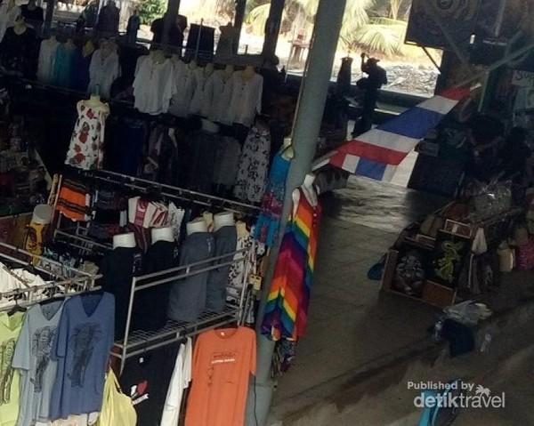 Pakaian dewasa di kios yang tak jauh dari area parkir.