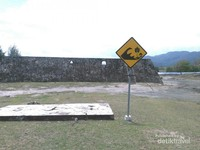 Rambu peringatan rawan Tsunami di lokasi Benteng Indra Patra.