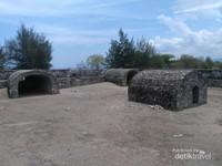 Benteng kedua memiliki luas yang lebih kecil dari benteng utama. Dua ruang berbentuk busur 180 derajat di sisi benteng merupakan tempat meriam. Ruang perlindungan dibangun agar meriam tidak terkena tembakan artileri musuh. Di tengah benteng terdapat bangunan berbentuk busur lainnya dengan lubang kecil di tengahnya. Bangunan ini berfungsi sebagai tempat penyimpanan amunisi.