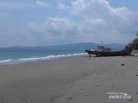 Pantai di lokasi benteng Indra Patra yang menghadap Selat Malaka. Dahulu Selat Malaka adalah jalur utama perdagangan rempah. Jalur ramai dan strategis dengan bandar-bandar dagang di sepanjang Semenanjung Malaya dan Sumatera menjadi rebutan armada dagang asing terutama maskapai Eropa. Untuk melindungi bandar dagang yang berada di dalam daratan maka dibangun pos pertahanan di sepanjang pantai utara dan timur Aceh. Salah satunya Benteng Indra Patra.
