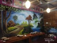 Lukisan indah di dinding tempat lesehan.