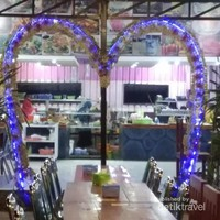 Di sini pas buat spot makan bersama keluarga penuh cinta.