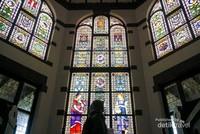 Kaca mozaik yang khas membuat para pengunjung rela mengantri demi sebuah foto.